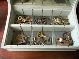 鍵や蝶番など